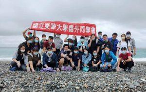 東華僑外同學會認為,淨灘是極具教育意義的活動。 劉朔萁 /攝